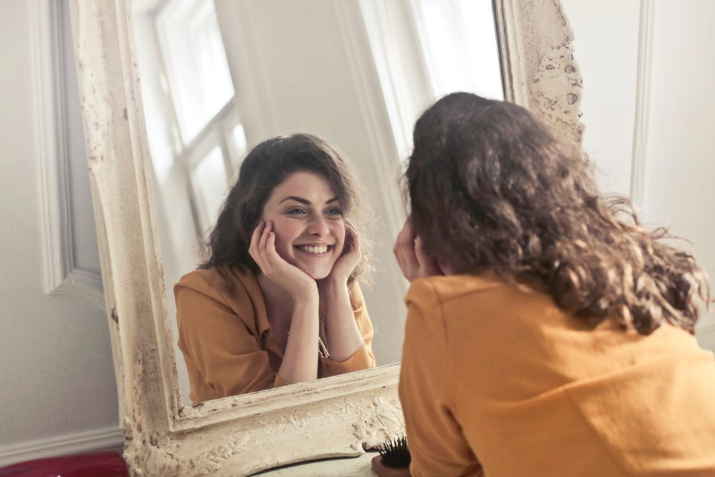gemini woman likes to look at the mirror more than other girls